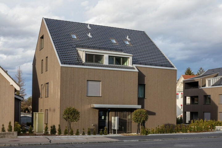 Aussenansicht eines Mehrfamilienhauses in Regensdorf mit Photovolataiksdachziegel Panotron von Gasser Ceramic