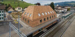 Aussenansicht Bahnhof Huttwil, Bern, mit Tondachziegeln von Gasser Ceramic