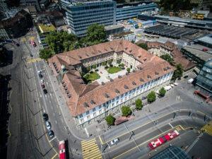 Aussenansicht Burgerspital Bern mit Biberschwanzziegeln von Gasser Ceramic