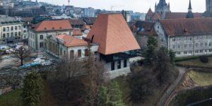 Aussenansicht des Parlaments Vaudoise in Lausanne, dessen Dach mit Biberschwanzziegeln von Gasser Ceramic eingedeckt ist.