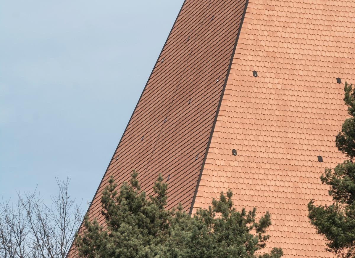 Detailansicht des Daches des Parlaments Vaudoise in Lausanne, das mit Biberschwanzziegeln von Gasser Ceramic eingedeckt ist.