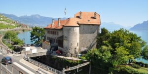 Aussenansicht Schloss Gléroles in Saint-Saphorin, dessen Dach mit Biberschwanzziegeln von Gasser Ceramic eingedeckt ist.