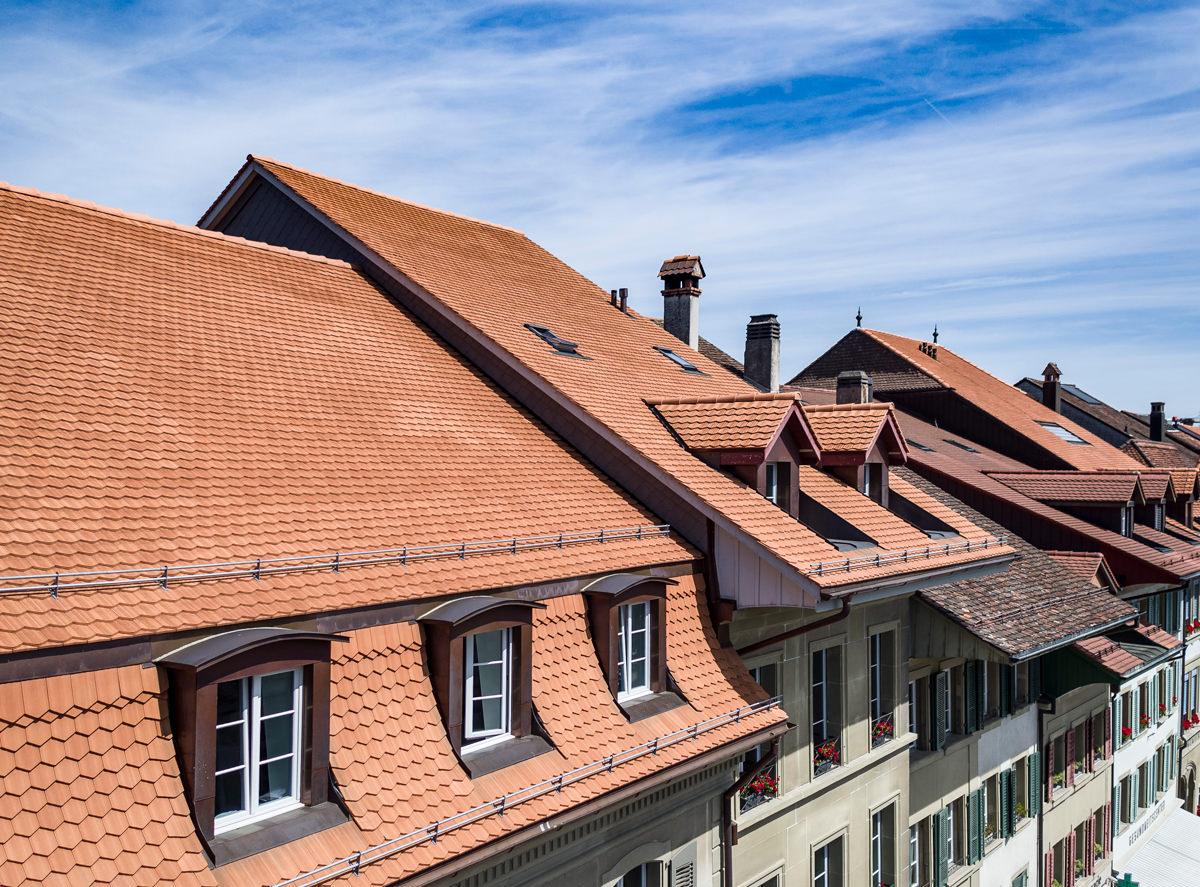 Aussensicht des Stedtli Aarberg, dessen Dächer mit Biberschwanzziegeln von Gasser Ceramic eingedeckt sind.