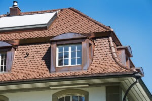 Aussenansicht Detail einer Villa in Lyss BE, deren Dach mit Biberschwanzziegeln von Gasser Ceramic eingedeckt ist.
