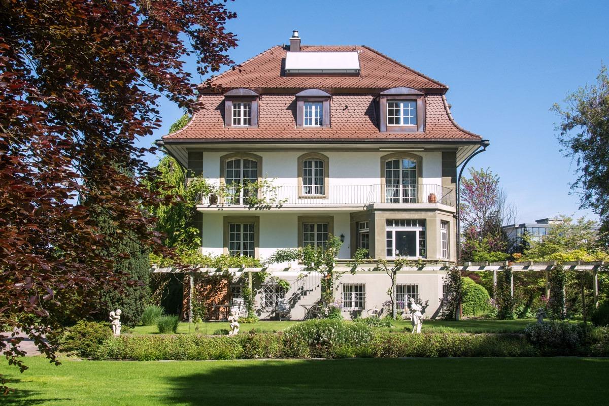 Aussenansicht einer Villa in Lyss BE, deren Dach mit Biberschwanzziegeln von Gasser Ceramic eingedeckt ist.