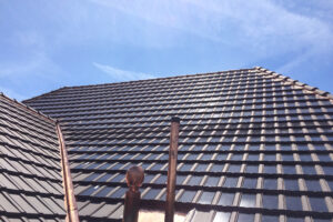 Aussenansicht eines Wohnhauses in Aegerten mit Panotron Photovoltaik Dachziegeln von Gasser Ceramic