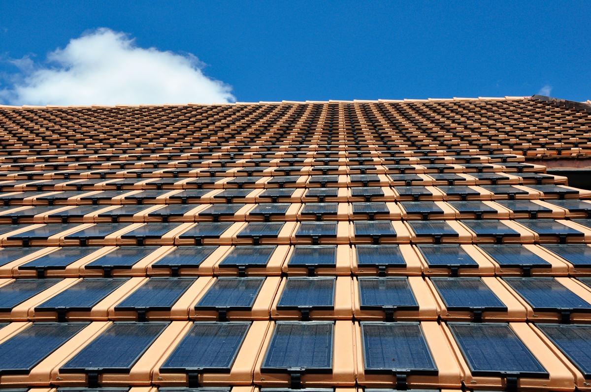 Detailansicht des Daches eines Wohnhauses in Alterswil, das mit Panotron Photovoltaikdachziegeln von Gasser Ceramic eingedeckt ist