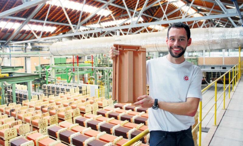 Porträt von Lukas Schläppi, Industriekeramiker EFZ, in einer Produktionshalle von Gasser Ceramic.