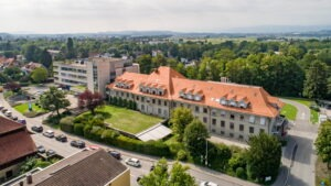 Neues Dach des Spitals Aarberg, eingedeckt mit Berner Biberschwanzziegeln in naturrot von Gasser Ceramic