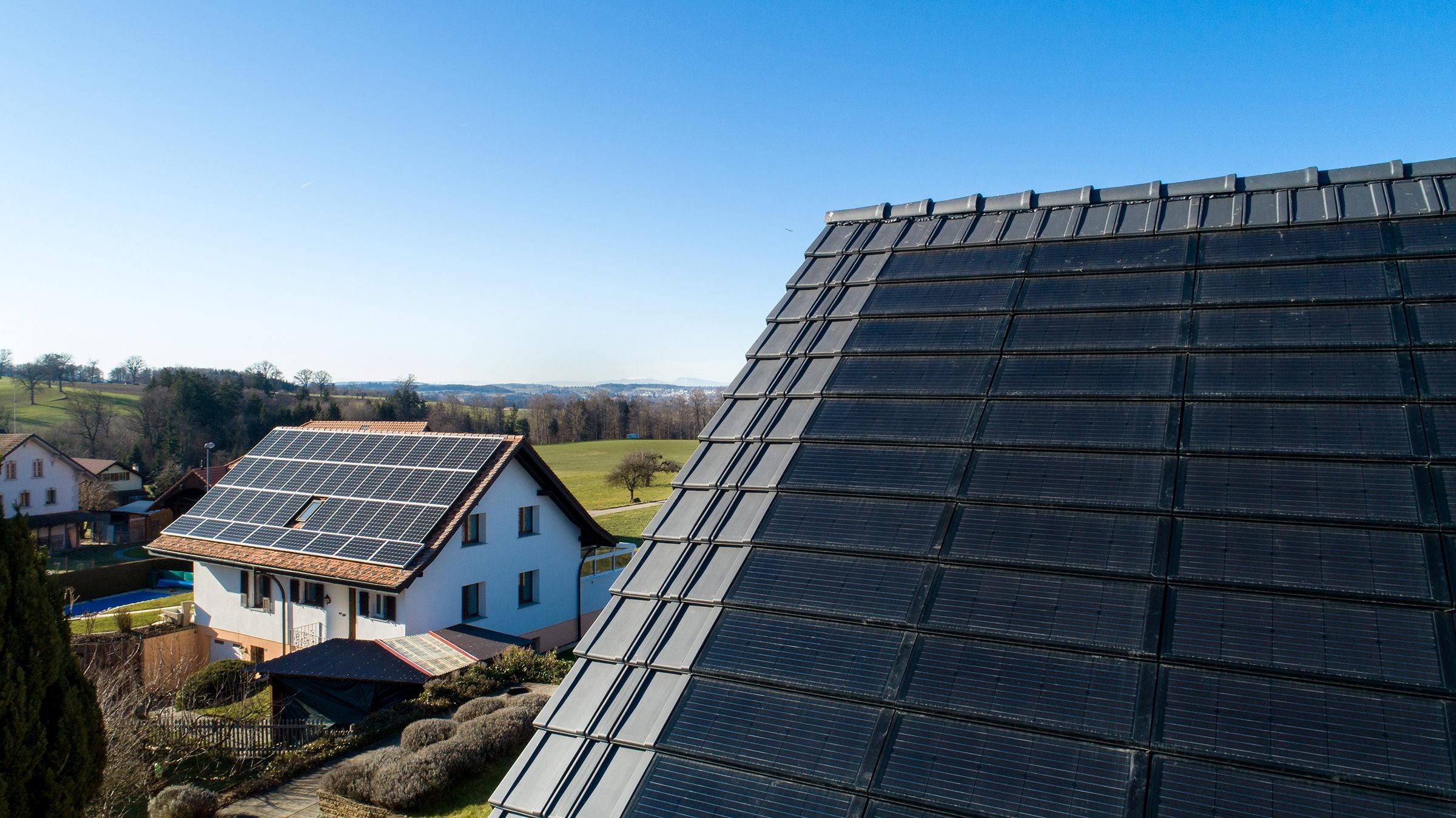 Sanierung Einfamilienhaus, Ependes, Fribourg, Solarmodul FIT 52, Flachschiebeziegel FS 03 (ZR), Gasser Ceramic, Panotron AG