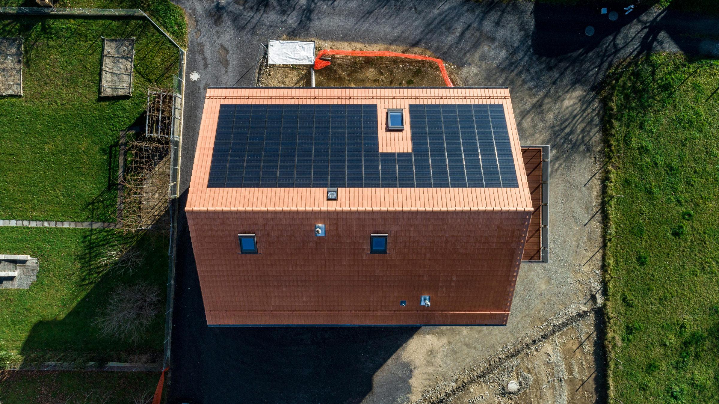 Sanierung Mehrfamilienhaus, Granges-Marnand, Waadt, Solarmodul FIT 52, Flachschiebeziegel FS 03 (ZR), Gasser Ceramic, Panotron AG