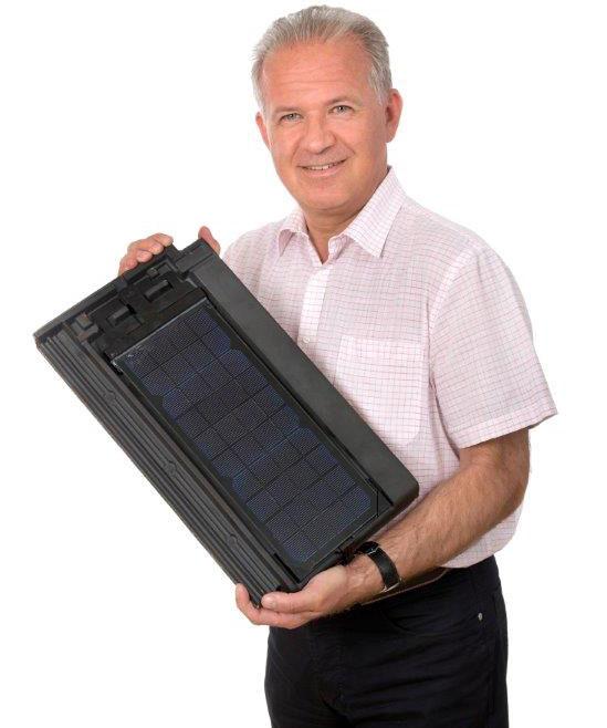 Christian Bauer von EDS aus Österreich mit einem Panotron PN 29 Solarziegel von Gasser Ceramic