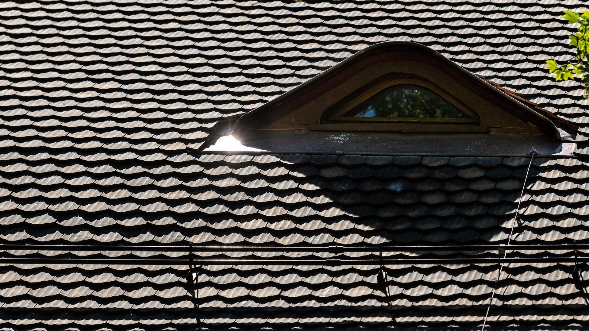 ENSR Lausanne Dachsanierung 2019 mit Biberschwanzziegel 17/38 l'ancienne altbraun nuanciert von Gasser Ceramic