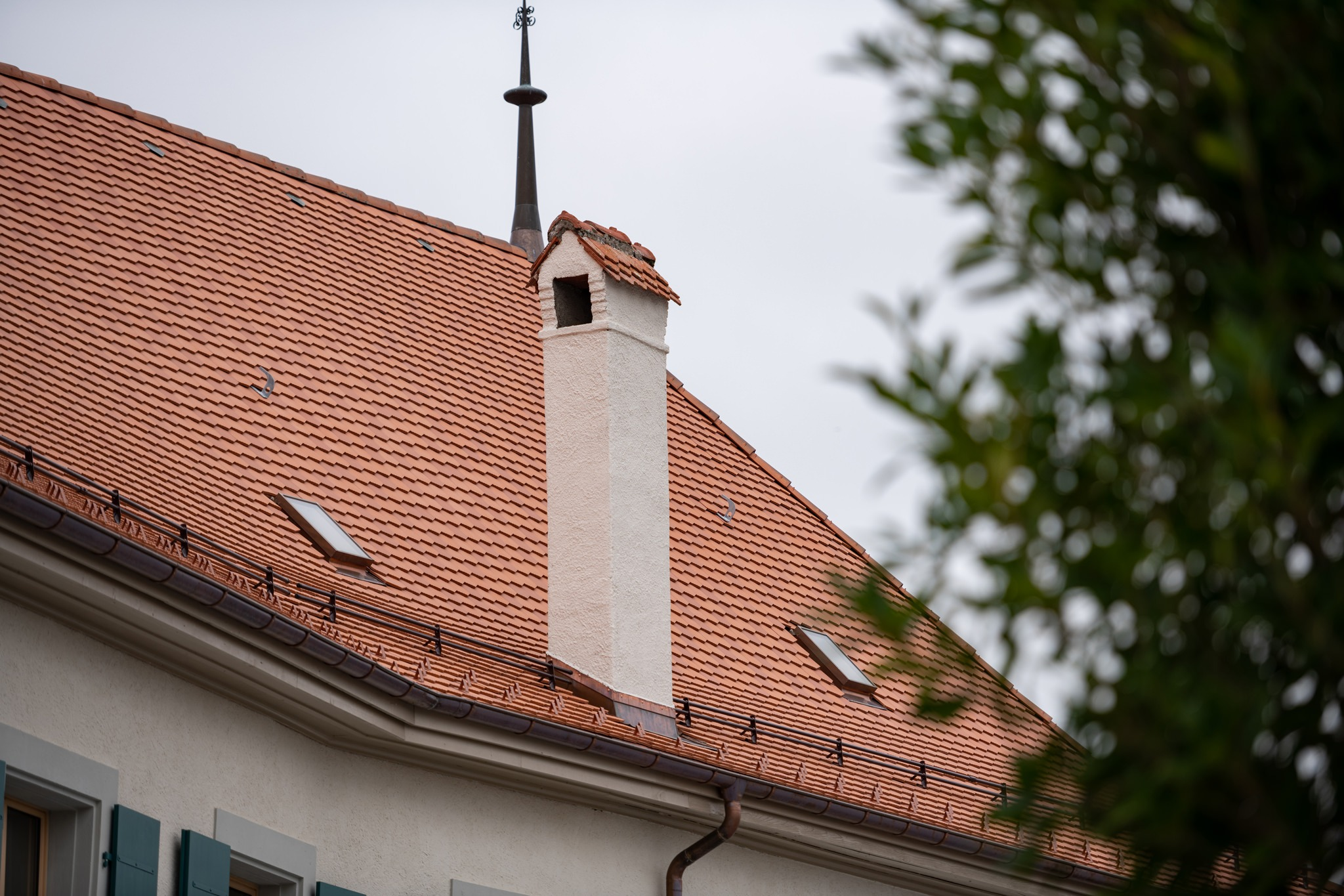 Aussenaufnahme Schloss/Château Echallens, eingedeckt mit Biberschwanzziegeln Antico 16.5/37.5 von Gasser Ceramic.