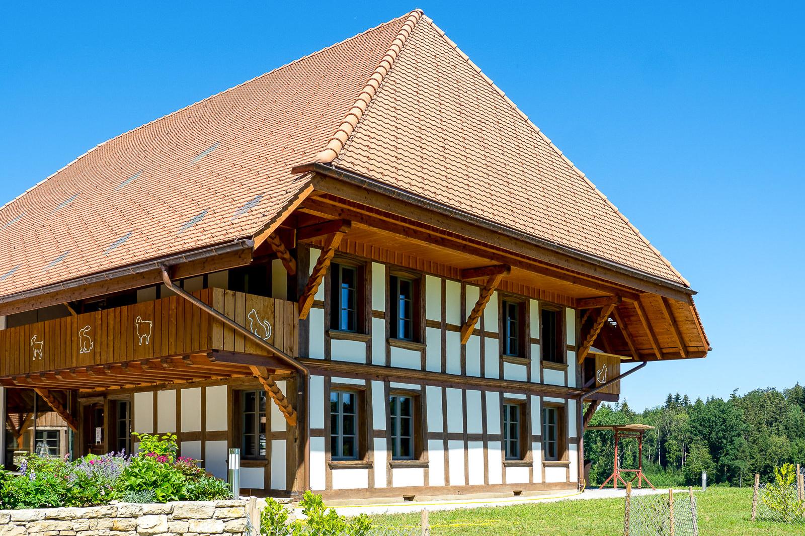 bauernhaus-scheunenberg-wengi-bern-biberschwanzziegel-capo-gasser-ceramic-05-1