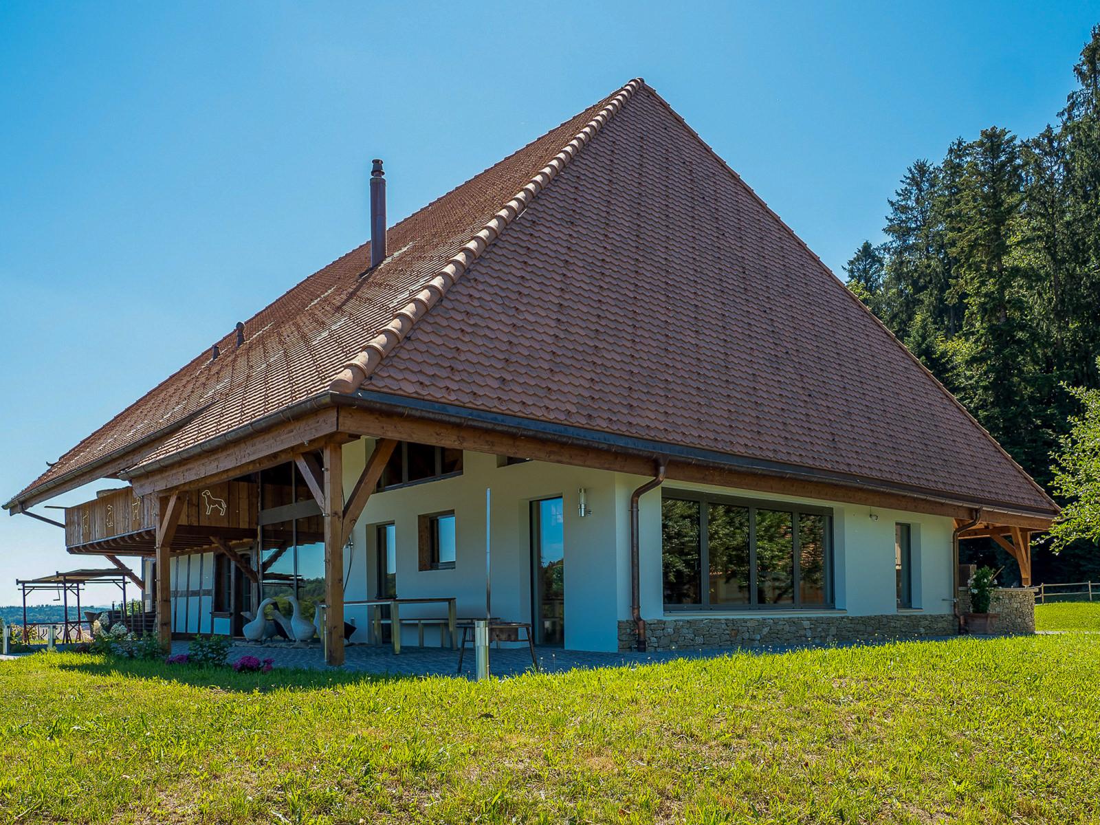Bauernhaus, Scheunenberg, Wengi, Bern, eingedeckt mit Biberschwanzziegeln antik 16.5/39 (ZR), getragen von Einsteinmauerwerk Capo 365 T6; beides von Gasser Ceramic.